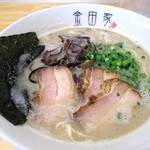 金田家 本店 - 濃厚豚骨ラーメンのジャンルでは押すに押されぬ人気店です。                             黒豚らーめん650円。