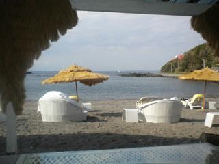 カメハメハ大王の渚 - ソファー席から海岸を見る