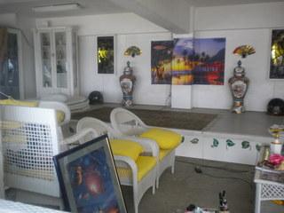カメハメハ大王の渚 - 広間やソファーがある店内