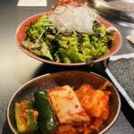 名古屋 焼肉きらく - 白トリュフオイルチョレギのサラダ キムチ