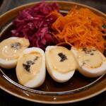ポンデュガール - ウッフマヨネーズ、赤キャベツとクミンのピクルス、人参とオレンジのラペ