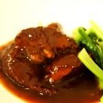 中国菜房豪也 - 牛バラ肉の醤油煮込み 蒸しぱん添え