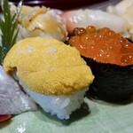 亀喜寿司 - ウニ藻塩ふってます。