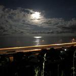 156826090 - 反対側は海。嘘みたいな月。