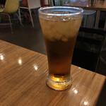 156826091 - カップルに挟まれながら、ウーロンハイを飲みます。