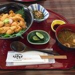 はしもと - 「南三陸キラキラうに丼」。めかぶ酢の物やお新香、味噌汁なども付きます(税込3,000円)