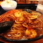 カフェ ス モンク - 料理写真:シーフードインデアン 量少なめ(¥900)。 熱々のパスタに沢山の海産物とカレー!