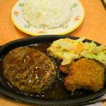 15683261 - 日替わり定食、この日はハンバーグとカレーチキンランチ(600円)