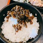 博多豚骨ラーメンまるせん - 無料の高菜をオンザライス!