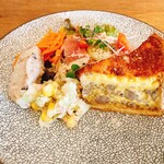 156838950 - オードブル キッシュ、生ハム、南河内野菜サラダ