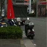 麺屋 和光 - すぐに警察のカブが来ました(トラックの手前)