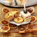 ソマーハウス - サンドウィッチ2種(トリュフ薫るスクランブルエッグ・スモークサーモン)、桃とサラミのキッシュ、ピクルス