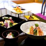 スイスホテル南海大阪 - 10Fの日本料理「花暦」では、四季折々の旬の食材を贅沢に使ったお料理の数々をお楽しみいただけます