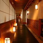 スイスホテル南海大阪 - 京都の路地を思わせる石畳の小道がお客様をお迎えする、10Fの日本料理「花暦」