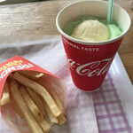 エイトビートバーガー - セットのメロンフロート、ポテト
