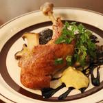 ブルーノテラス - ホロホロ鶏のコンフィ。ゆっくり火を入れる事でしっとり仕上げて、皮目をパリッと焼き上げます。