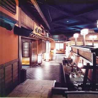 落ち着きある「和」の空間。個室は大小12室