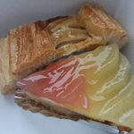 お菓子のローリエ - アップルパイ280円とりんごタルト320円