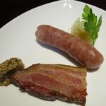 ステーキハウス キッチン飛騨 - スモークベーコンとポークソーセージ
