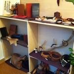 シャララ舎 - 店内には革製品もありました