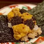 156940995 - ④手巻き寿司~焼き海苔と赤酢飯の上には、アオリイカとたっぷりの北海道産馬糞雲丹がてんこ盛り。アオリイカの食感と濃厚な雲丹の旨味、オシェトラキャビアの塩味が素晴らしいハーモニー♫