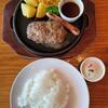 エアポートグリル&バール - 料理写真:とろとろ温玉ハンバーグ&粗挽きソーセージ(1450円)