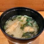 サカナキュイジーヌ・リョウ - まかない丼 1,450円 には味噌汁が付いてきます