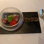 156957721 - 冷たい前菜。富山産のホタルイカ。薄いエンドウのピューレが初夏らしい。