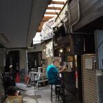 日吉 大勝軒 - お店の前で、お客さんが一人外で食べてます。