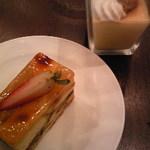 15699747 - ランチビュッフェのデザート 食人プリンとケーキ