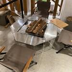スノー ピーク イート - ジカロテーブルを使ったロースタイル席
