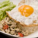 むぐ - ナンプラーとオイスターソースがアジアンテイストに華を添えます。ご飯とよく混ぜてお召し上がりください。