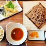 Hanakokitahorie - 名物の京丹波黒豆を練り込んだおそばに、日替わり天ぷらそばと土鍋ご飯付き♪Aセット980円