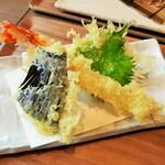 Hanakokitahorie - カラリと香ばしい揚げ立ての天ぷら、細めだけどプリッとした海老にパリッパリの大葉、薄切りにしたジューシーな茄子やさつま芋など