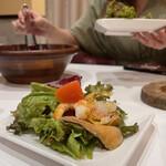 shikagopizaandosufureomuretsumi-toandochi-zua-kusekando - 魚介たっぷりなイタリアンサラダ