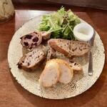 157054407 - パン盛りセット:スライスパン4種、カルピスバター、グリーンサラダ