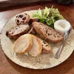 157054409 - パン盛りセット:スライスパン4種、カルピスバター、グリーンサラダ