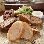 157054411 - パン盛りセット:スライスパン4種、カルピスバター、グリーンサラダ