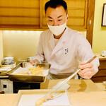 157058012 - ◎鈴木大将が愛情注いで揚げる天ぷらは格別な味わい。