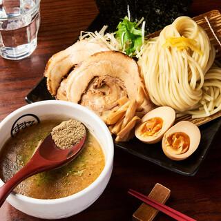 「特製濃厚魚介つけ麺」は魚介の旨味が効いた濃厚スープにつけて