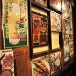 15709384 - 韓国の昔のポスターが壁一面に貼ってあります