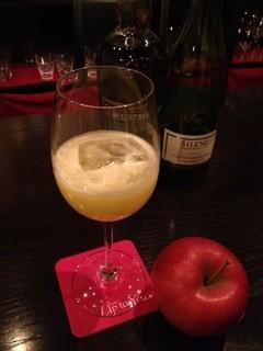 バー アップトゥーユー - りんごと白ワインのカクテル♪隠し味のハーブリキュールがきいた、爽やかな味わいです!