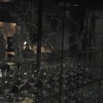 ペリゴール - 入ってすぐのグラス棚がきれいです。この左手にワインセラーがあり、選べるようになってます。