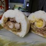 15712105 - 焼豚入り豚饅と高菜まんの断面