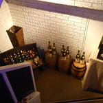 4 Seasons LDK - 階段を下りるとワインのボトルが