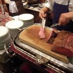 軽井沢倶楽部 ホテル軽井沢1130 - ローストビーフを切り分けてくれます!