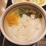 新宿 inton - ご飯(ツヤツヤしてて美味しい)