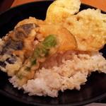 御鷹茶屋 - ご飯は少なめです。天ぷらはパリッと揚がってグー!