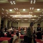軽井沢倶楽部 ホテル軽井沢1130 - 会場真ん中で料理をとります。