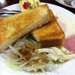 ニューライト - モーニングサービス600円のトーストと目玉焼き